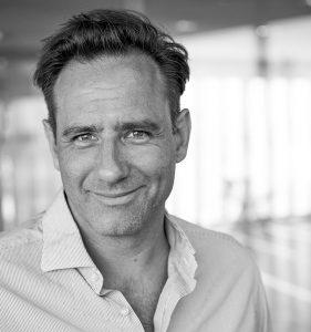 Portrait von Urs Kuester, professioneller Fotograf aus Hamburg mit den Themenschwerpunkten People-; Portrait-; Corporate- und Architektur-Fotografie.