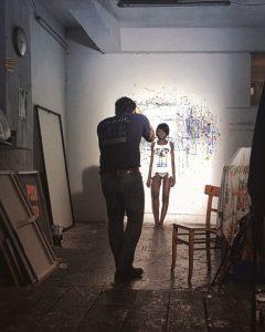 Fotograf Urs Kuester fotografiert in einem Maler-Atellier ein Model .