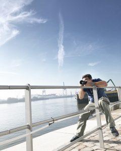 Der Hamburger Fotograf Urs Kuester in Aktion mit seiner Kamera bei einem Shooting auf Location für ein Hausbauunternehmen.