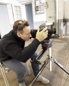 Der Hamburger Fotograf Urs Kuester mit seiner Kamera bei einer Filmproduktion mit Kampfsportlern in Lübeck.